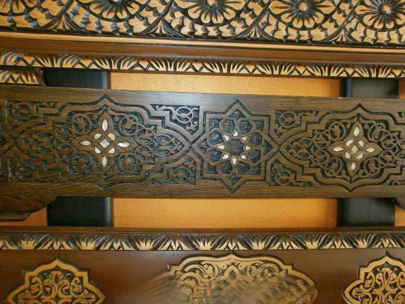 banquettes en bois pour salon marocain traditionnel d co. Black Bedroom Furniture Sets. Home Design Ideas