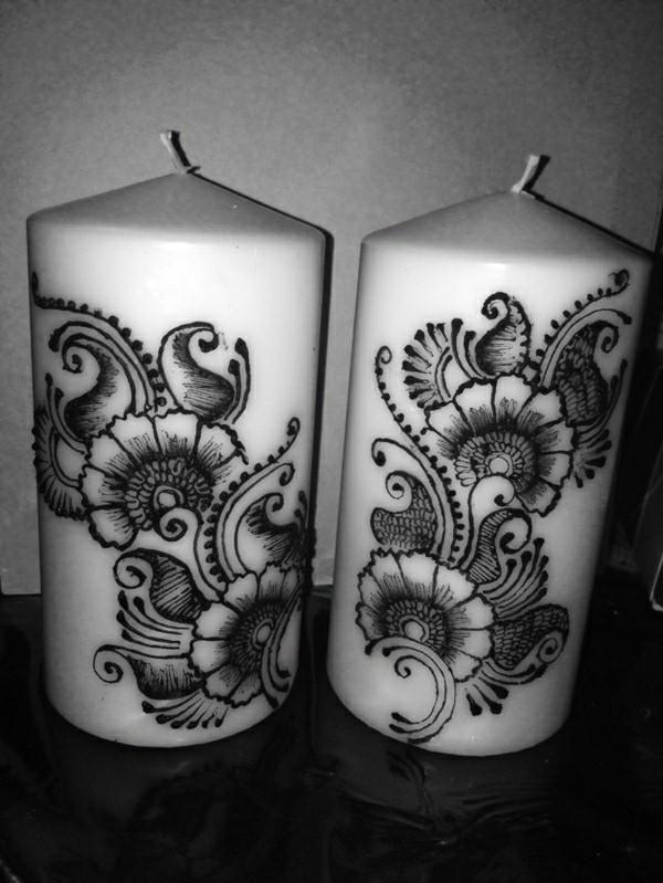 bougies blanches avec décoration de henné