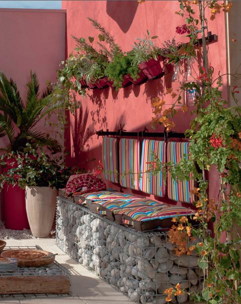 décoration de terrasse et jardin banquette fabriquée avec galets et coussin en couleurs