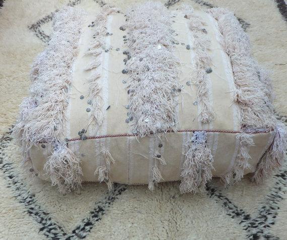 la d coration marocaine avec les poufs d co salon marocain. Black Bedroom Furniture Sets. Home Design Ideas