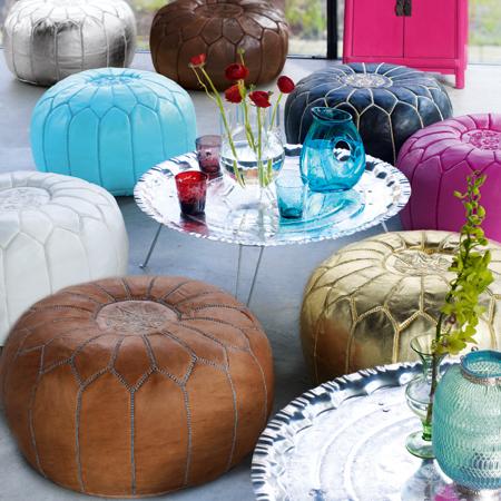 Les poufs pour salon traditionnel avec table en cuivre