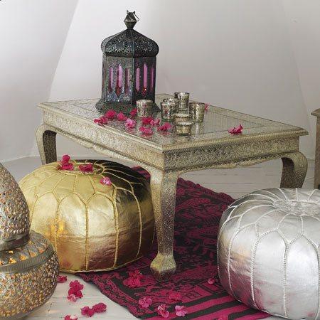 poufs marocain argent entouré d'une table