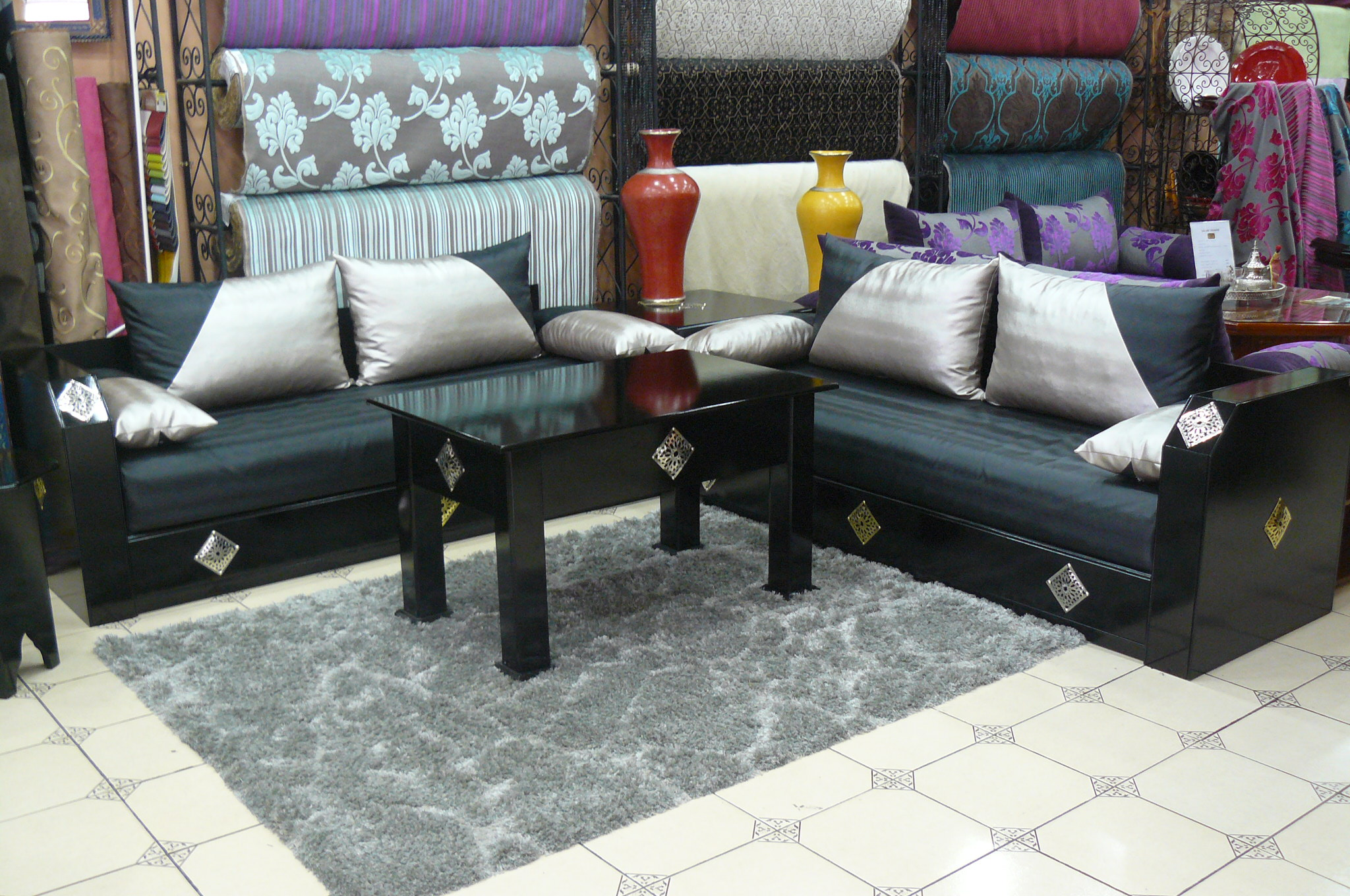 Salon marocain contemporain paris d co salon marocain for Deco salon noir gris blanc