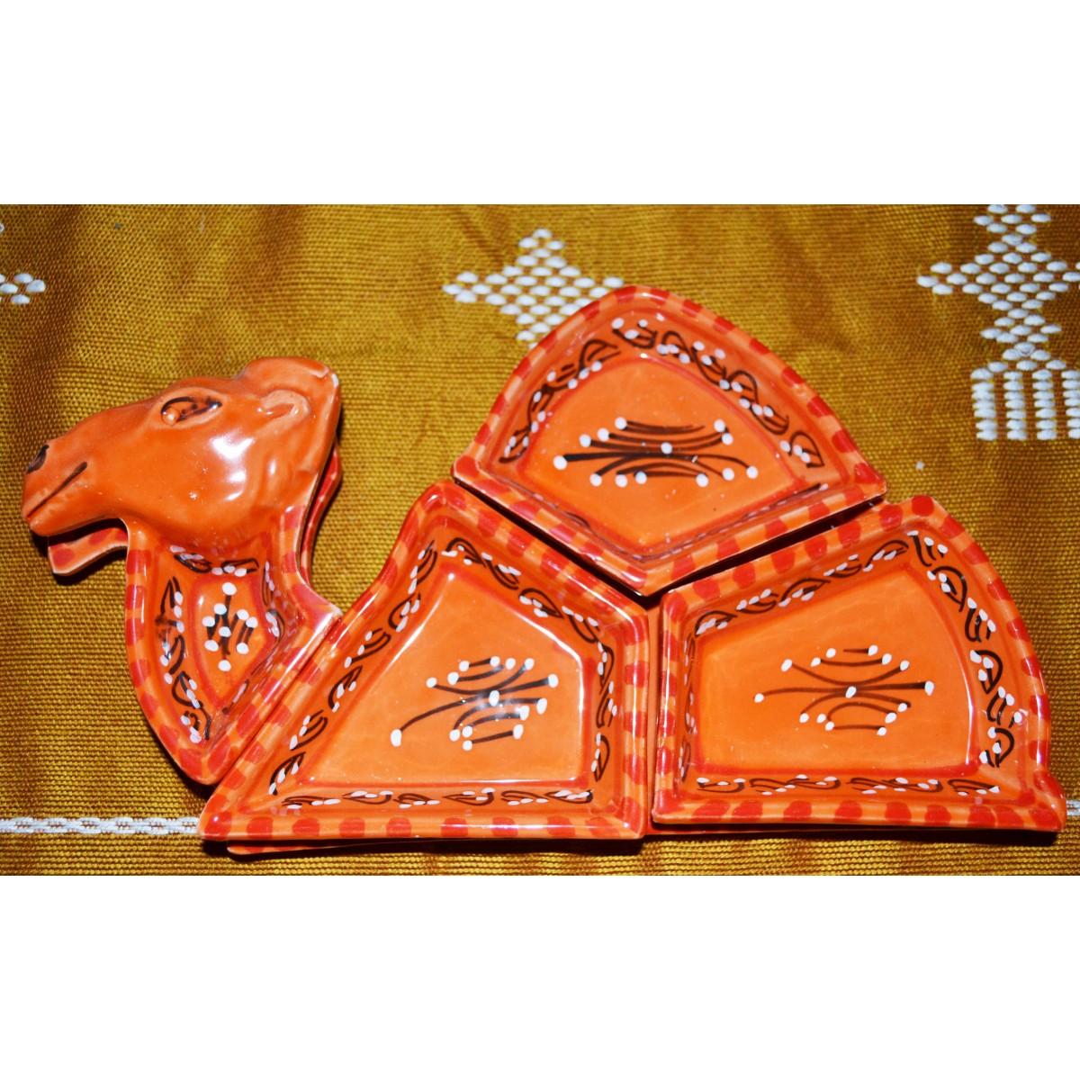 service marocain en décoration d'un chameau orange