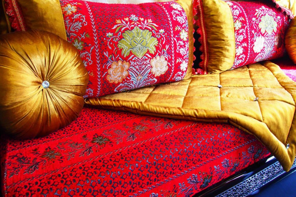 salon marocain traditionnel en rouge 1024x682jpeg - Salon Moderne Enrouge