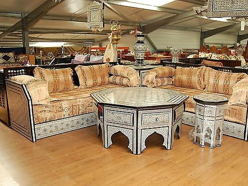 salon marocain avec artisanat à Fés